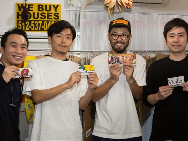 島津さん(左から3人目)と自作のダンボール財布を持つワークショップ参加者たち(撮影・萩原美寛)
