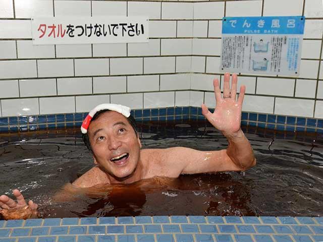 「このピリピリ感がたまらんですわ」。銭湯のご主人自ら「電気風呂」をPRしてくれた=大阪市浪速区の「新世界ラジウム温泉」