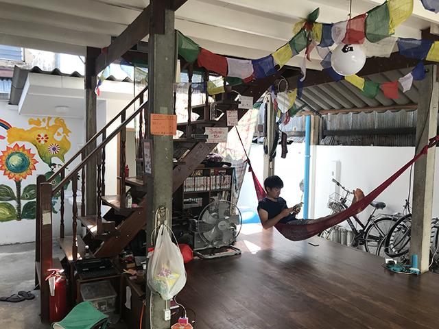 タイのカオサン通り近くのゲストハウス。一階に宿泊者用のラウンジがある