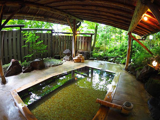 旅館大沼の、宿泊客のみの貸し切り露天風呂「母里(もり)の湯」。離れにあり、車で送迎してもらえる