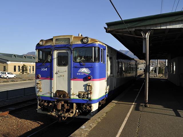 現在でも長期的な運休が続く、日高本線・様似駅に停車中のキハ40=2013年11月撮影