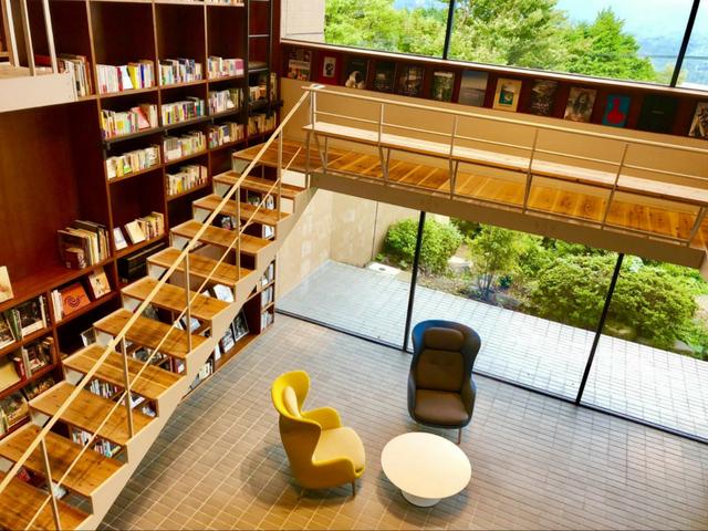 吹き抜けのラウンジの左右両面に天井まで届く本棚がしつらえられている