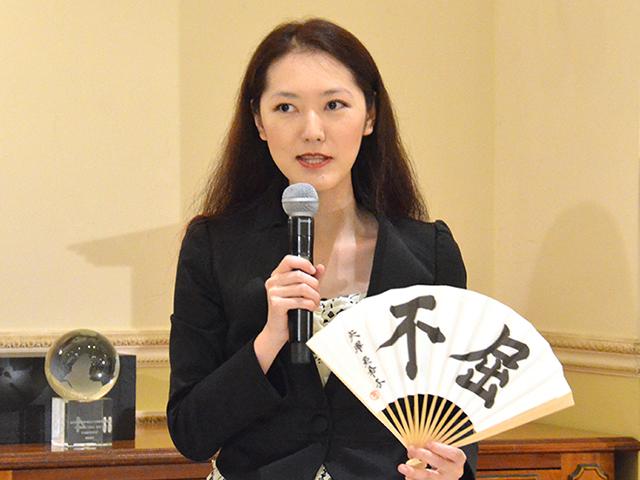 「不屈」と書かれた扇子を手にした矢沢さん=2018年10月5日、東京都渋谷区。吉野太一郎撮影