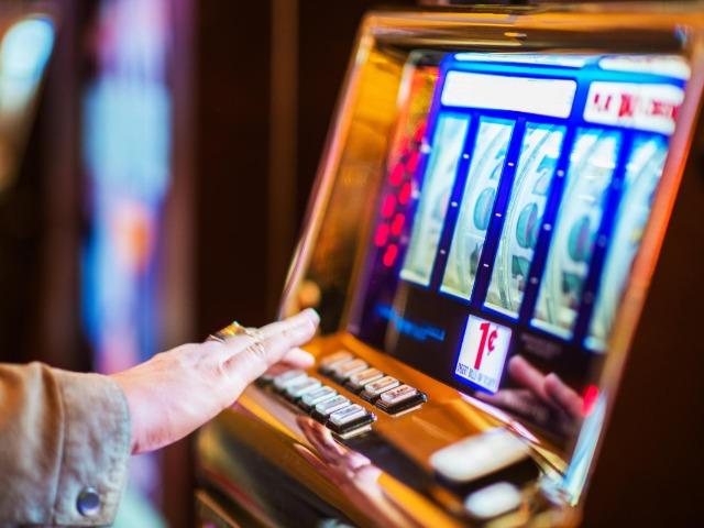 スロットマシンはカジノの人気ゲームの一つだ(Photo by Getty Images)