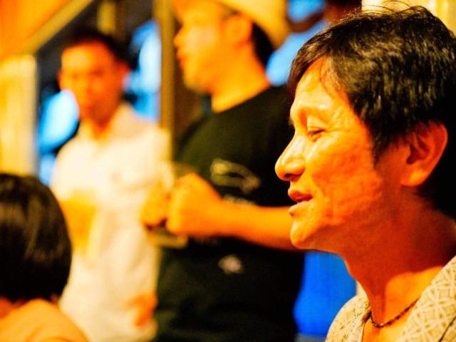 那覇市内の市場の中にある居酒屋で沖縄民謡を味わう