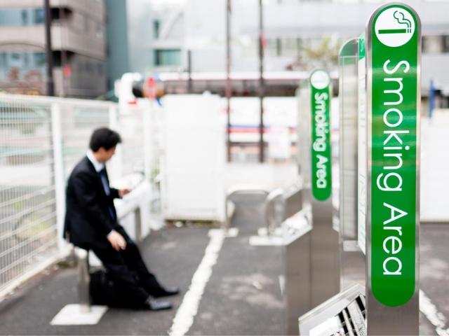 「紙巻きたばこ」と「加熱式たばこ」の喫煙スペースは分けるべきか(Photo by Getty Images)