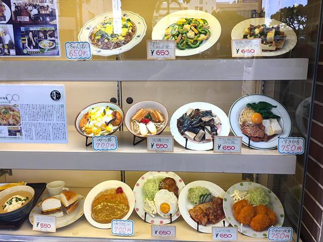 典型的な沖縄食堂のショーケース