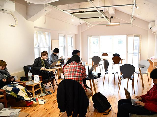 コワーキングスペース「hinode」で働く若者たち