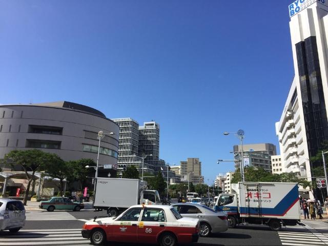 沖縄の街を走るタクシー
