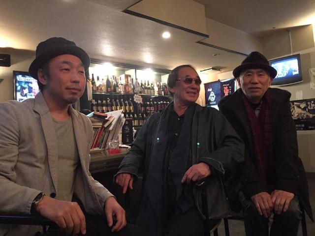 瓦屋別館で岡留安則さん(中)と一緒に座る筆者(左)。右は音楽ジャーナリストの田家秀樹さん