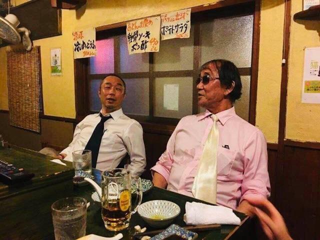筆者(左)と岡留さん