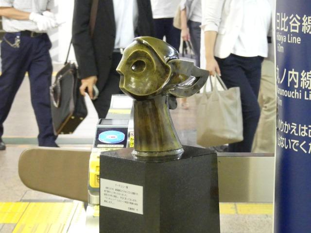 銀座線銀座駅の改札内に置かれているマーキュリー像