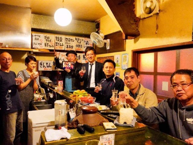 故・岡留安則さんに献杯(筆者は左から3番目)