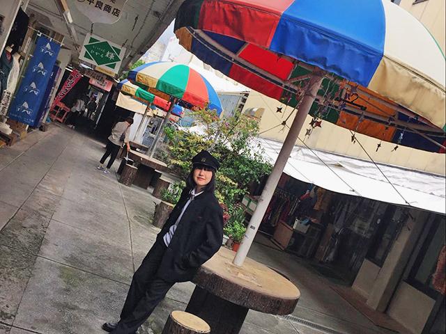 作家のオーガニックゆうきさんをパラソル通りで撮影