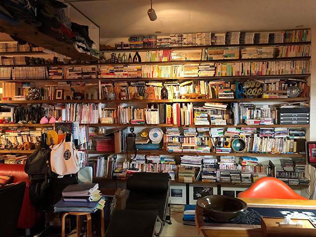 著者の沖縄宅の本棚。リノベーションした際に取り付けた。