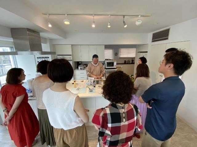 リーダー・吉田正幹さんの料理の手順を見学する参加者