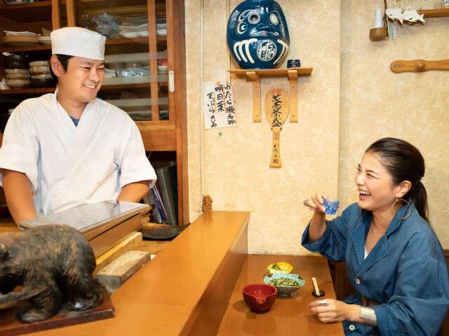 木田真由美さんと料理長。カウンター越しに話が弾む。(撮影・萩原美寛)