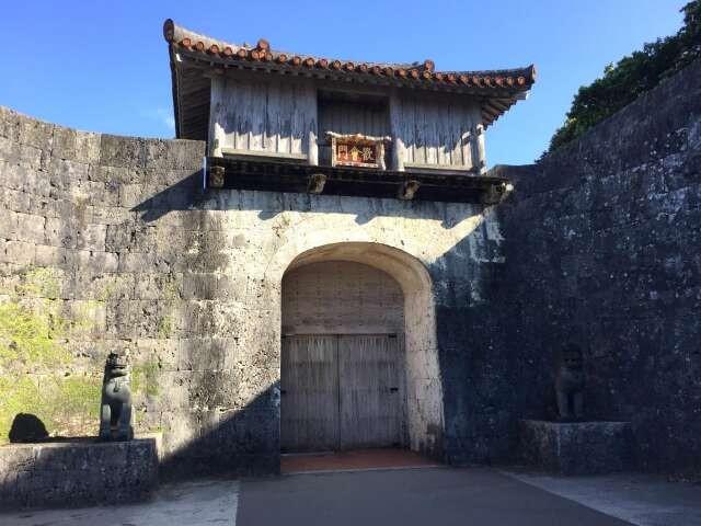 固く扉が閉められた首里城の歓会門