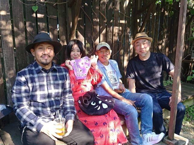 左から、作家の真藤順丈さん、イベンターの知花園子さん、「おとん」のマスターの池田哲也さん、筆者。ひばり屋にて。