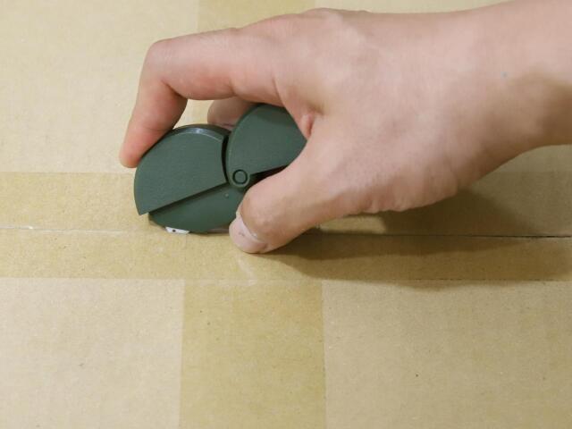 尖った刃の先端を梱包テープにサクッ、スーッで簡単に開梱完了。