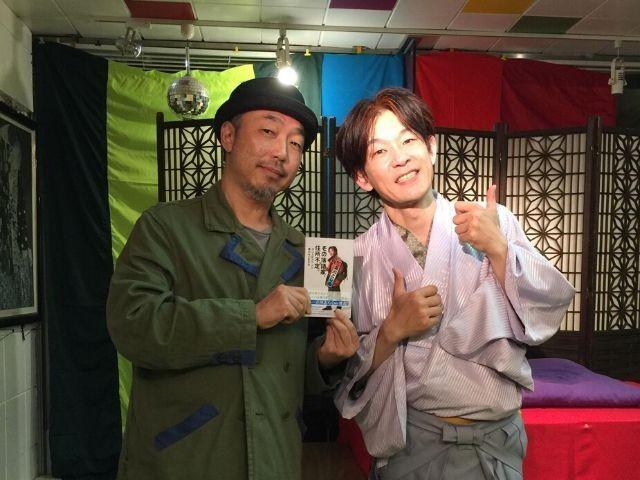 落語家の立川こしらさん(右)と筆者