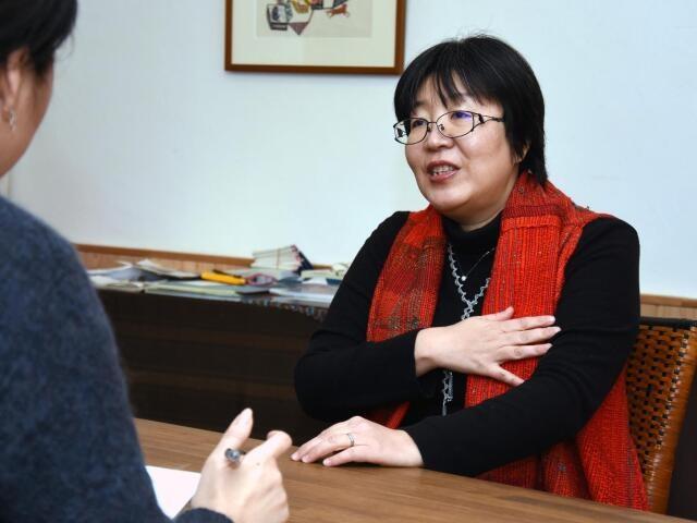 日本の刺青文化について語る山本芳美さん(撮影・石渡伸治)
