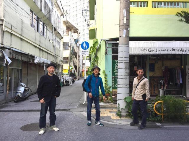 左から筆者、写真家の岡本さん、建築家の普久原さん。浮島通りにて