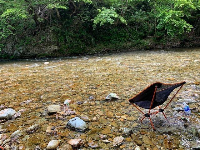 川に足をつけながら、読書や映画鑑賞が至福の時(吉澤さん提供)