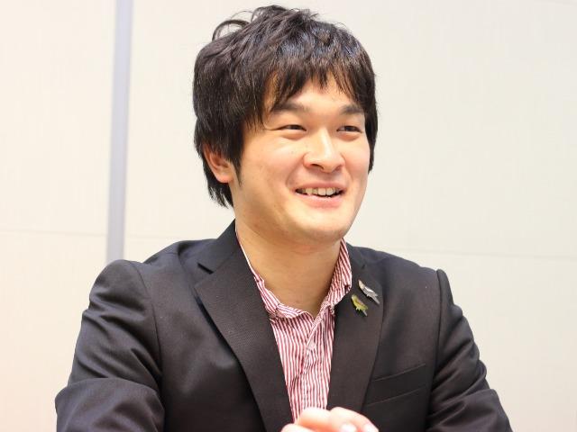 インタビューに応じる写真家の岡本勇太さん