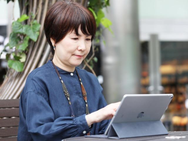iPadで作業をする林理江さん