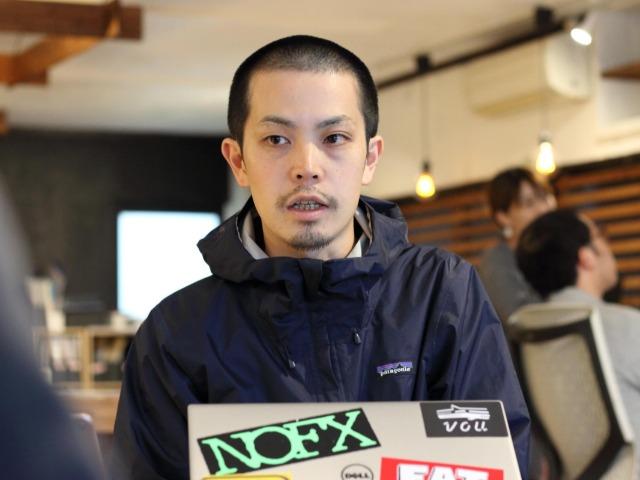 インタビューに答える岡山史興さん