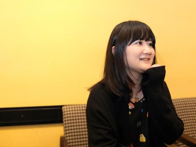 インタビューに答える朝井麻由美さん