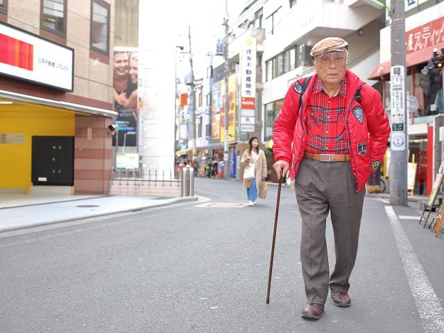 下北沢を歩く伊藤文学さん