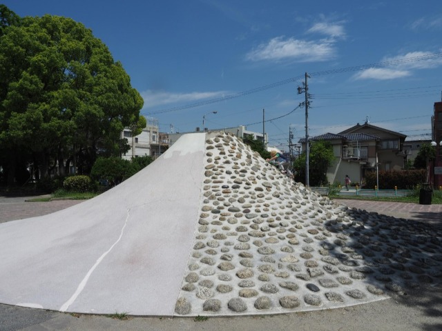 富士山すべり台の第一号は名古屋の「吹上公園」に現存している。特徴は山肌に埋められた石を足掛かりに登ること。現代のボルダリングの先駆けかもしれない。