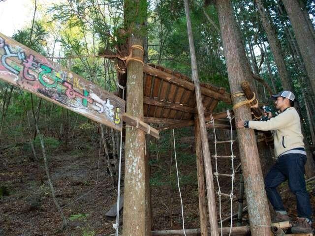 森の中にある「こどもひみつむら」。これらの遊具も川道さんの手作りです。