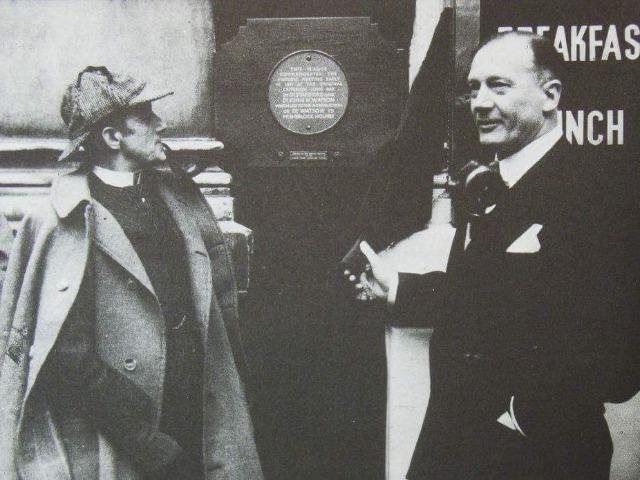 1953年、ホームズ記念銘板の除幕式の様子。中央が銘板 (c) Richard Lancelyn Green Collection