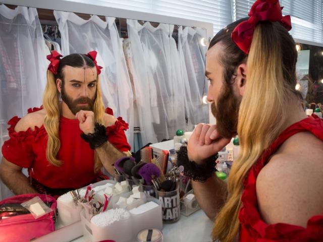 鏡越しにこちらを見るレディビアードさん