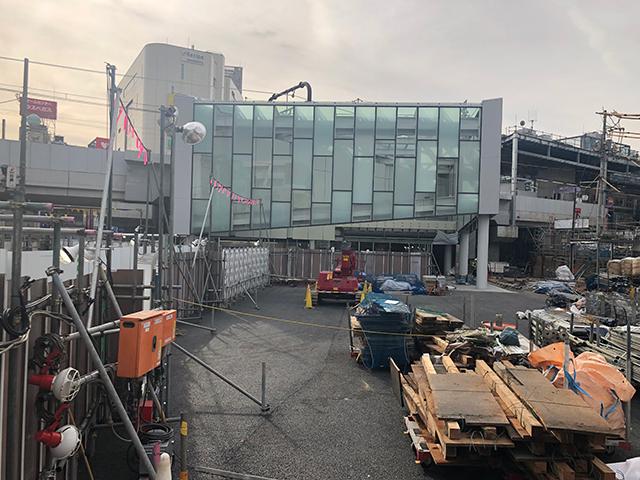 新たにオープンした下北沢駅東口。駅前広場は工事が続く=2018年12月25日、吉野太一郎撮影