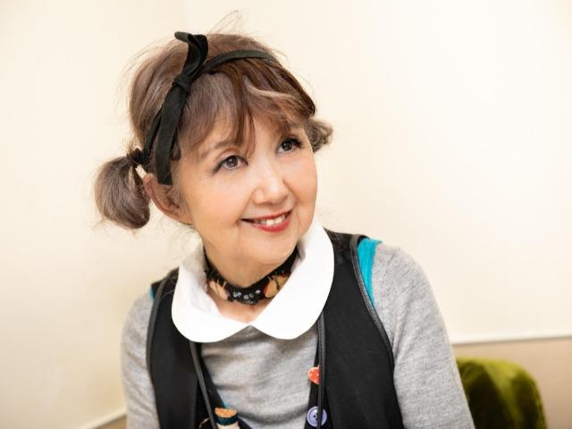 インタビューに答えるイラストレーターの田村セツコさん