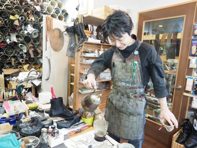 靴修理の工房でコーヒーをいれる川越一之さん
