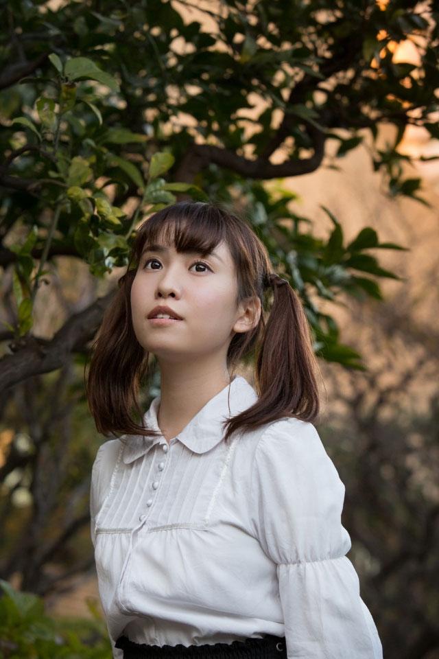 木の前に立つ春名風花さん