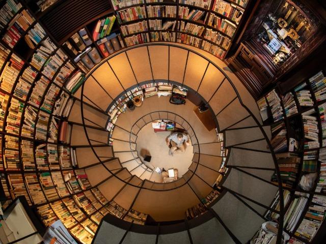 松原隆一郎さんの書庫を上から見た様子