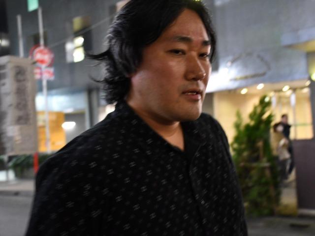街を歩くフリーライターの赤木智弘さん