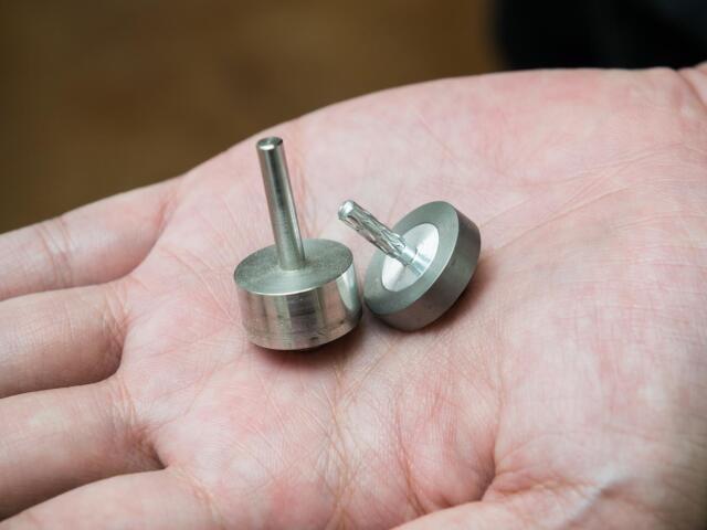直径20mmの小さなコマだが、町工場の英知が注がれている(撮影・斎藤大輔)