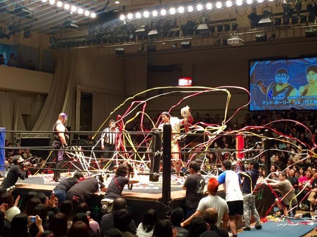 竹下選手のもとへ集まる膨大な紙テープ。人気を象徴している