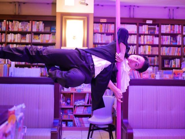 ポールダンスを踊るHidekiさん