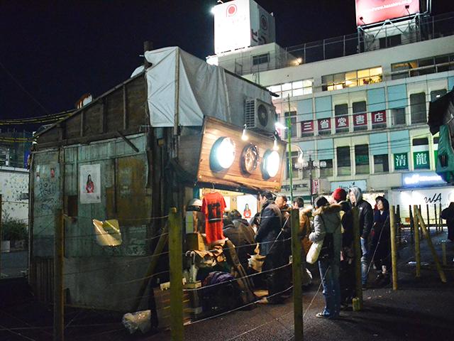 2017年12月30日、三好野の別れを惜しむ常連客=吉野太一郎撮影