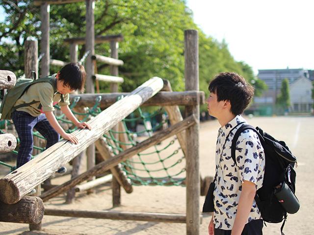 自身が卒業し、物語のモデルにした埼玉県の小学校を息子と訪れた蒔田さん