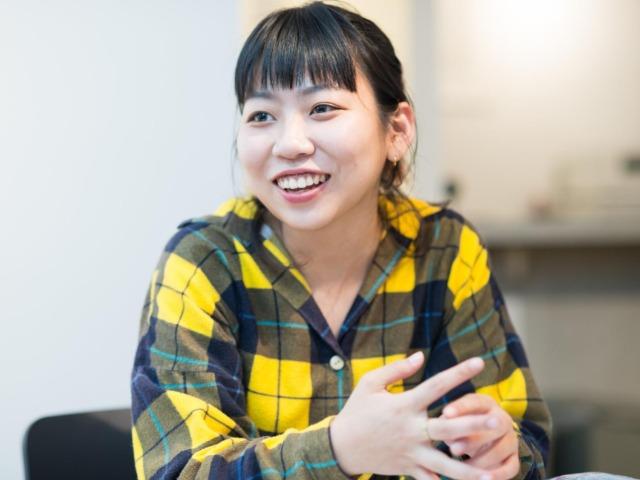 インタビューに答えるカキヌマさん(撮影・齋藤大輔)