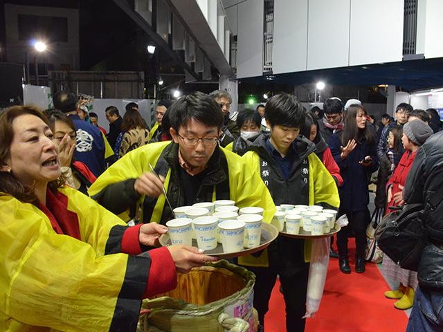 下北沢駅東口の開業を祝う地元商店会のメンバーら=2018年12月22日午前5時04分、吉野太一郎撮影